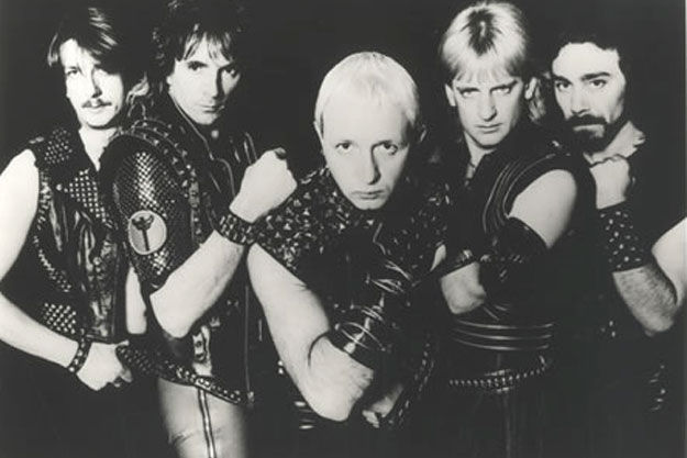 ¿Qué disco fue una evolución musical hacia un metal más agresivo y rápido con respecto a sus anteriores trabajos?